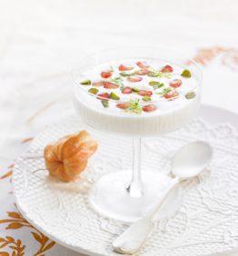 receta-sopa-de-chocolate- blanco-y-yogur -con-granada- pistachos-y- menta