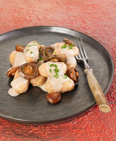 noquis-de-patata-y-remolacha-con-rovellons-con-salsa-de-anacardos-y-perejil-3