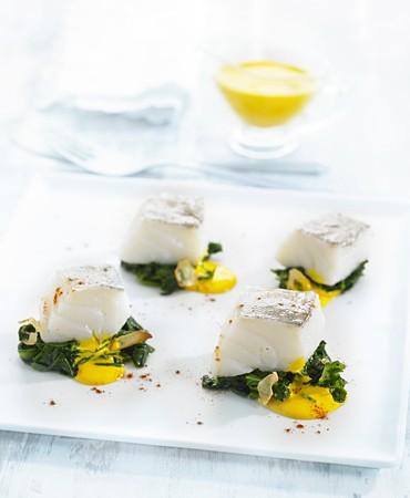 recetas-bacalao-confitado-sobre-espinacas-salteadas-con-crema-de-azafran