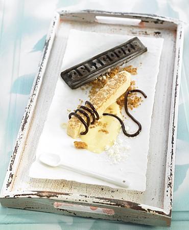 recetas-biscuit-helado-de-jijona-con-crumble-de-almendra-y-lazo-de-cacao