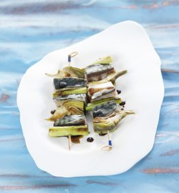 recetas-brocheta-de-caballa-ajo-tierno-y-alcachofa-con-salsa-de-soja-acidulada