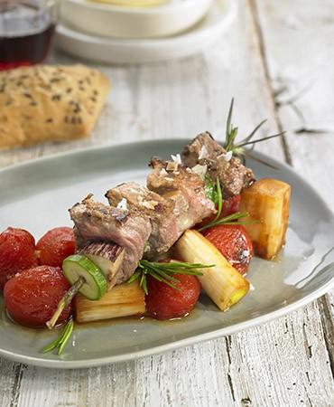 recetas-brocheta-de-carne-de-potro-sobre-tomate-y-calcots-confitados-en-miel