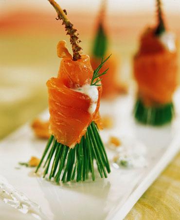 Brochetas de salmón con pino y queso fresco