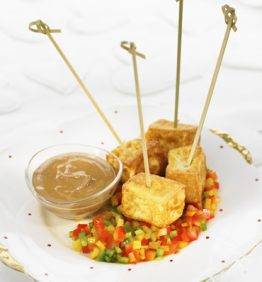 recetas-brochetas-de-tofu-con-mole-de-cacahuete