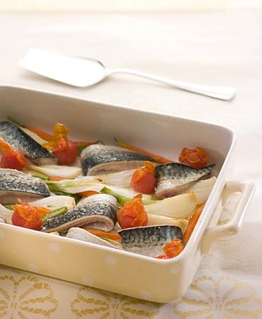recetas-caballa-con-tomates-cherry-cebollas-y-zanahorias-tiernas