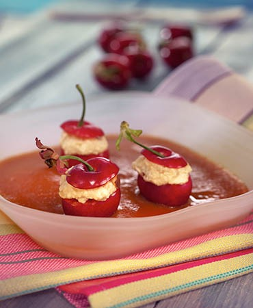 recetas-cerezas-rellenas-de-mascarpone-con-sopa-de-nisperos