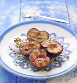 recetas-ciruelas-a-la-plancha-con-pistacho-y-creme-fraiche