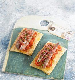 recetas-coca-crujiente-de-anchoas-con-tomate