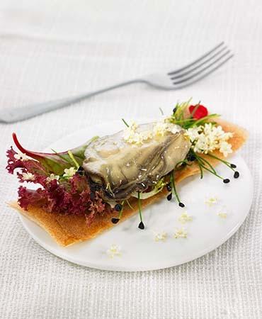 recetas-coca-crujiente-de-ostras-con-hojas-germinados-y-flores
