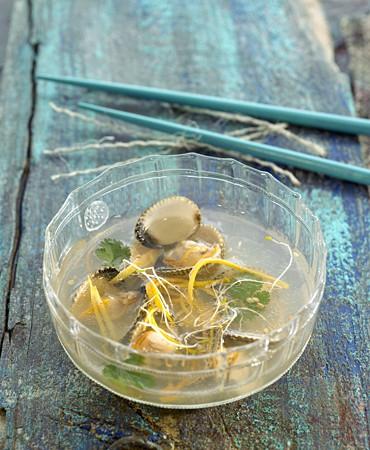 recetas-consome-con-berberechos-citricos-y-cilantro