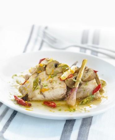recetas-corvina-marinada-en-citricos-sobre-salteado-de-portobello-y-ajos-tiernos