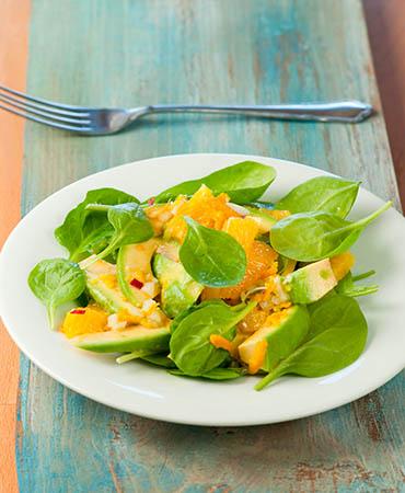 Ensalada de espinacas, aguacate y naranja