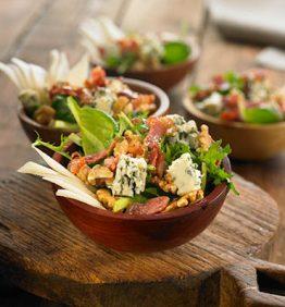 recetas-ensalada-de-espinacas-con-queso-azul-pera-nueces-y-bacon