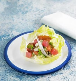 recetas-ensalada-de-habitas-con-atun-crudo-tomate-jabugo-y-menta-fresca