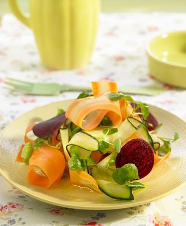recetas-ensalada-de-pepino-zanahoria-remolacha-y-berro