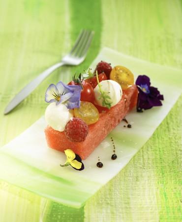 recetas-ensalada-de-sandia-frambuesas-con-tomates-y-reduccion-de-balsamico