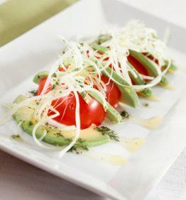 recetas-ensalada-de-tomate-aguacate-y-aceite-de-hierbas-aromaticas