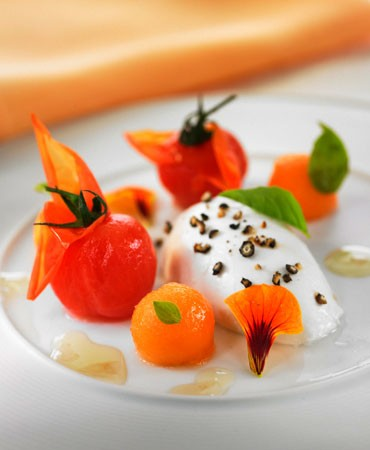 recetas-ensalada-de-tomate-y-mozzarella-con-un-toque-floral