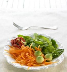 recetas-ensaladada-de-espinacascon-zanahoria-tomates-secos-y-aguacate