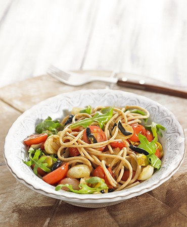recetas-espaguetis-con-ajo-negro-y-tomate-fresco