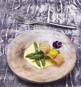 recetas-esparragos-verdes-con-emulsion-de-azafran-y-crujiente-de-brick