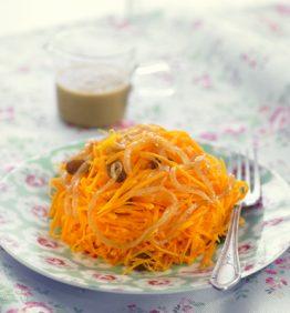 recetas-fideos-de-calabaza-con-vinagreta-de-pasas-y-cebolla-caramelizada