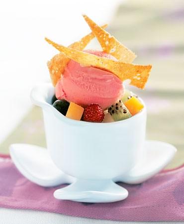 recetas-helado-cremoso-de-fresones-ensalada-de-fruta-y-flechas-de-pinones