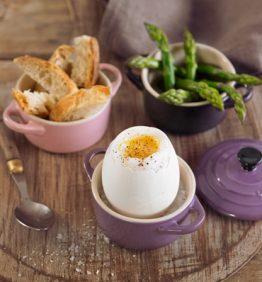 recetas-huevo-de-oca-pasado-por-agua-con-esparragos-verdes-y-pan-rustico