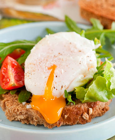 Huevo escalfado con rúcula