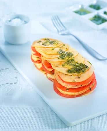 recetas-mil-hojas-de-tomate-y-manzana-a-la-salsa-verde