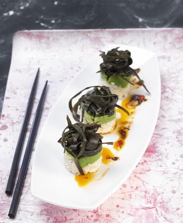 recetas-nigiri-con-aguacate-y-espaguetis-de-mar