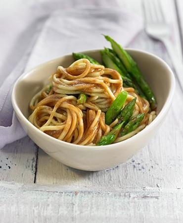 recetas-noodles-con-salsa-de-miso-y-esparragos-trigueros