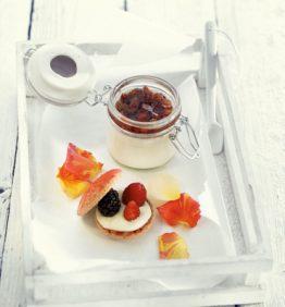 recetas-pannacotta-de-agua-de-rosa-con-fresitas-del-bosque-y-macaron-de-coco