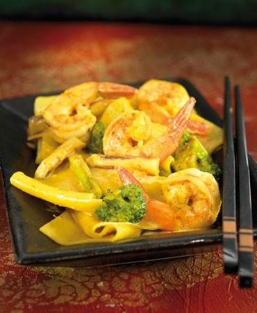 recetas-pasta-al-curry-con-langostinos-brocoli-y-ajos-tiernos