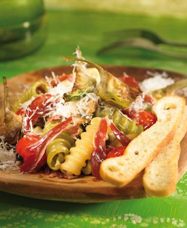 Pasta con alcachofas fritas y virutas de jamón