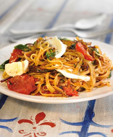 recetas-pasta-con-mozzarela-tomates-y-hierbas-aromaticas
