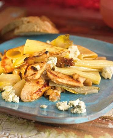 recetas-pasta-con-pollo-endivias-roquefort-y-frutos-secos