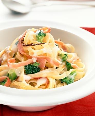 recetas-pasta-fresca-con-carbonara-de-brocoli-y-jamon-dulce