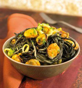 recetas-pasta-negra-con-mejillones-y-crema-de-azafran