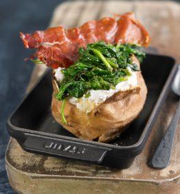 recetas-patata-asada-con-ricota-espinacas-y-un-crujiente-de-jamon