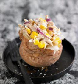 recetas-patata-asada-rellena-de-maiz-atun-mayonesa-y-cebolla-roja