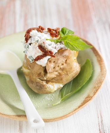 recetas-patata-asada-rellena-de-queso-cottage-albahaca-y-tomate-seco