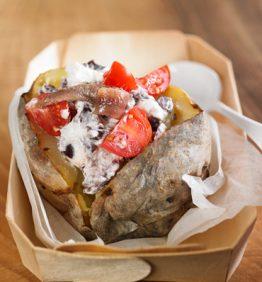 recetas-patatas-asadas-rellenas-de-anchoas-tomate-cherry-y-olivas-de-kalamata