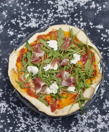 recetas-pizza-con-rucula-jamon-y-mozzarella-de-bufala