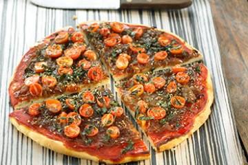 recetas-pizza-de-cebolla-caramelizada-romero-y-tomates-cherrys