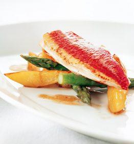 recetas-salmonetes-al-horno-con-patatas-tiernas-y-esparragos