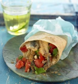 recetas-shawarma-de-boquerones-fritos-con-macedonia-de-tomate