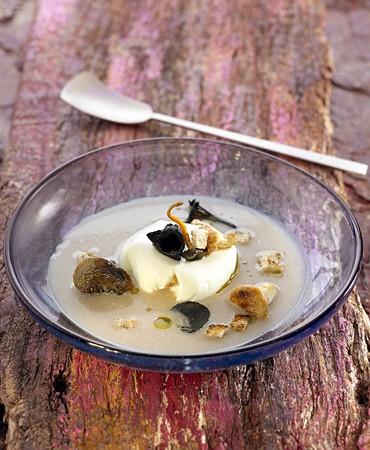 recetas-sopa-de-castana-con-huevo-poche-y-setas-de-temporada