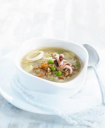 recetas-sopa-de-espelta-con-calamar-guisantes-y-crujiente-de-puerro