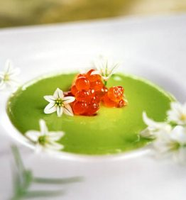recetas-sopa-de-guisantes-con-flores-de-cebolla